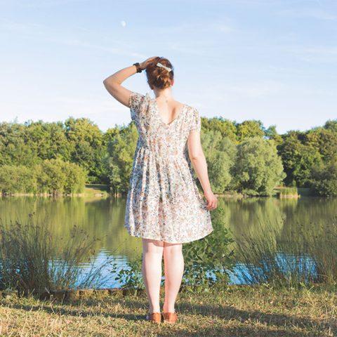 Sandie devant un lac