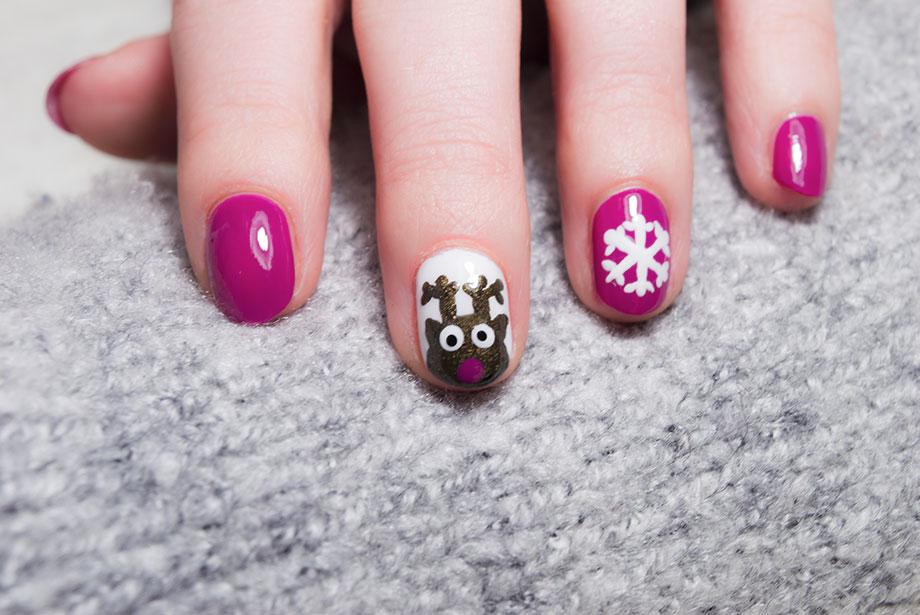 Détails des ongles de Noël avec un renne et un flocon