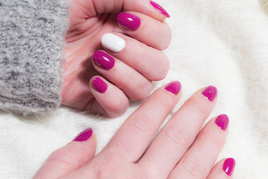 La base des ongles de Noël en rose et blanc de Sandie