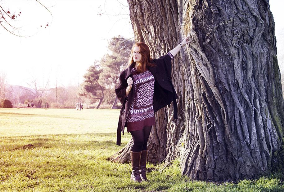 Sandie accrochée par la main à un vieil arbre dans sa tenue complète