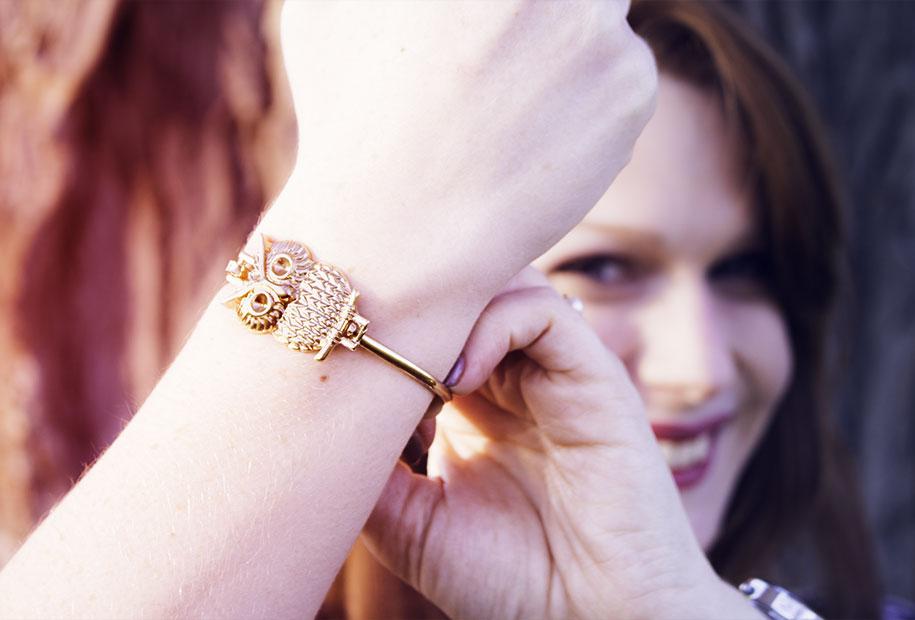 Zoom sur le bracelet doré hiboux de Sandie