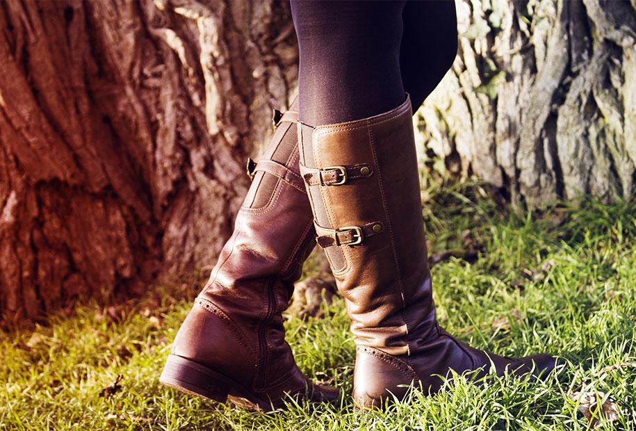 Zoom sur les bottes cavalière marron de Sandie