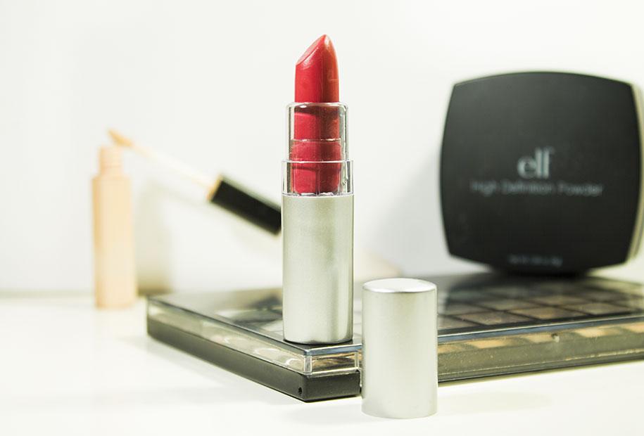 Photo du rouge à lèvres rouge-bordeaux ELF.