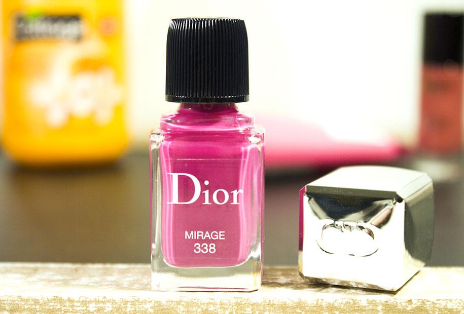 Gros plan du vernis Mirage rose framboise de Dior