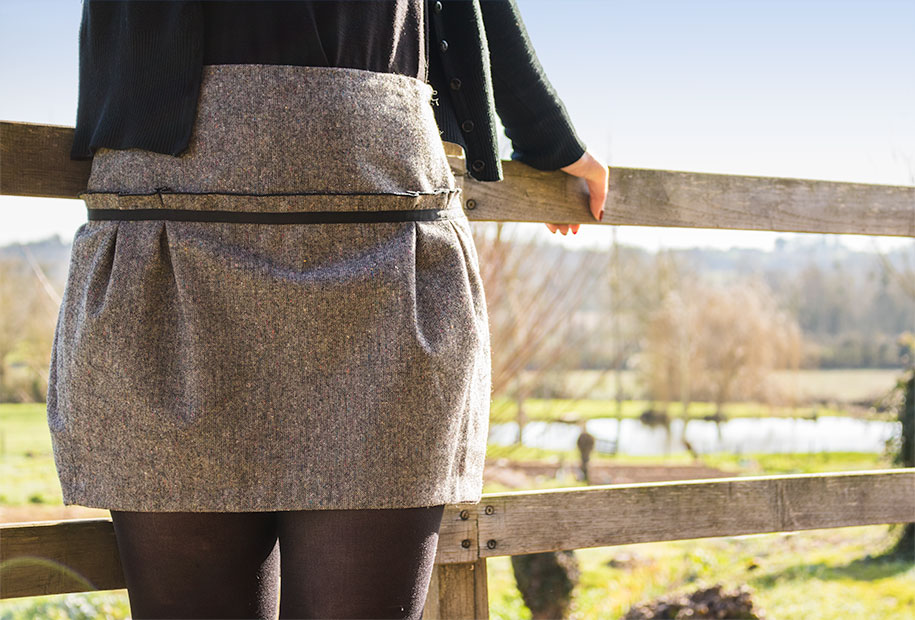 Zoom sur la jupe grise Naf Naf portée par Sandie