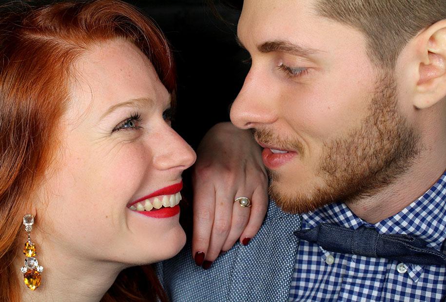 Tristan et Sandie se regardent dans les yeux avec le sourire