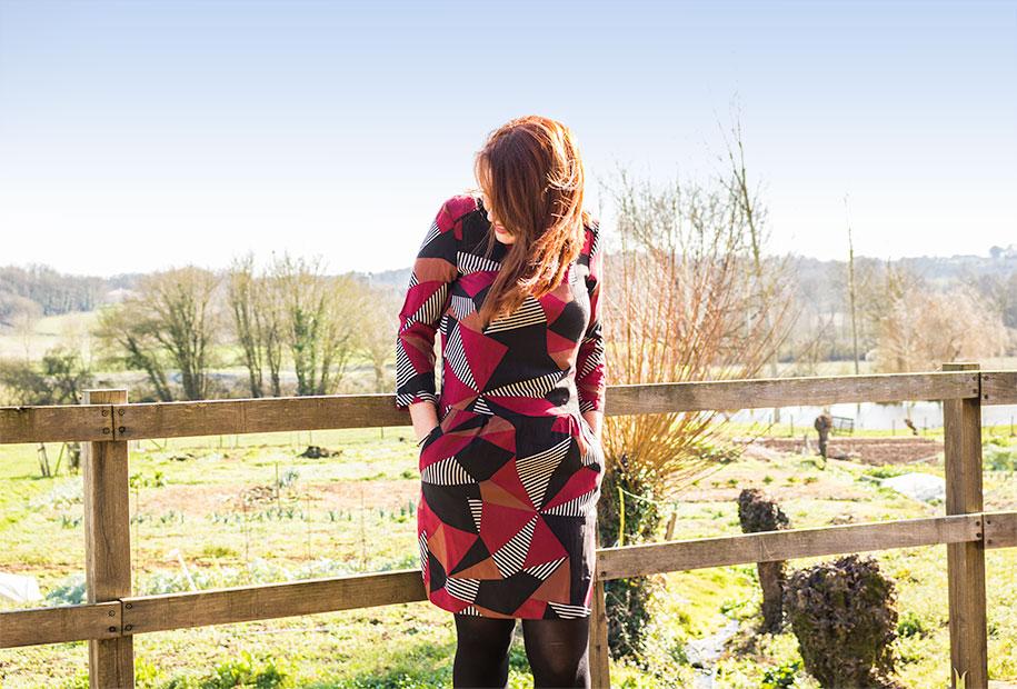 Sandie dans sa robe géométrique colorée de chez Promod