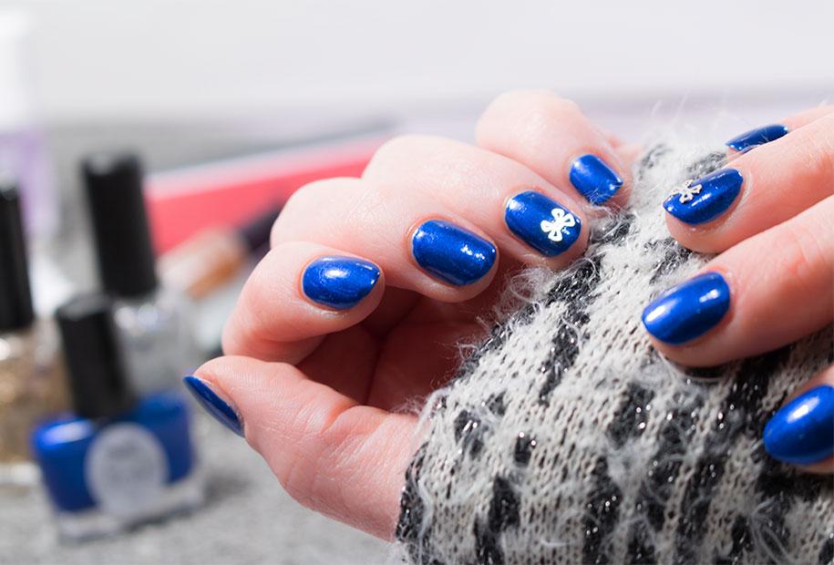 Zoom sur le résultat final de mes ongles vernis en bleu