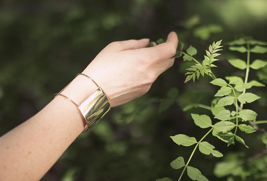 Zoom sur le bracelet doré de la marque MOA