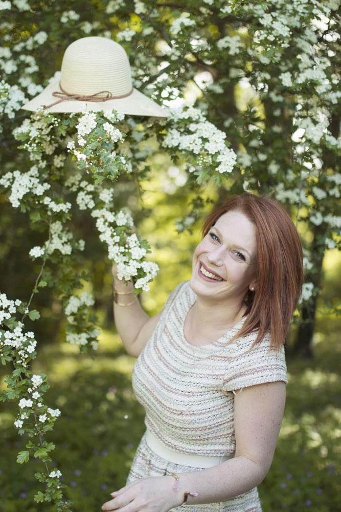 Photo du chapeau Kiabi coincé dans les branches d'un bel arbre blanc