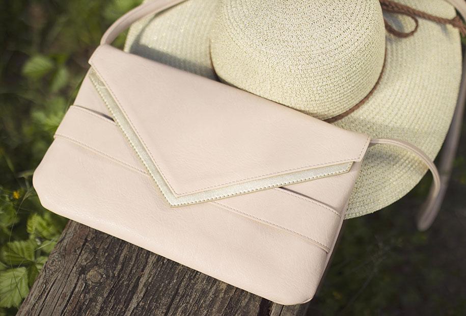 Zoom sur la pochette rose poudré Promod et le chapeau de paille Kiabi