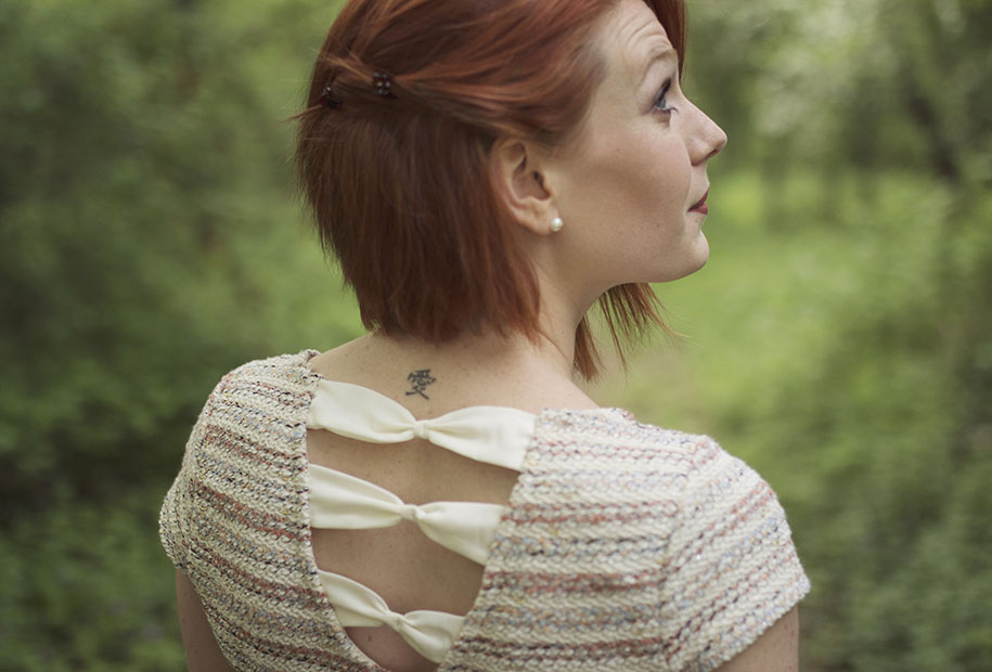Zoom sur le dos de la robe Naf-Naf portée pour le weeding look