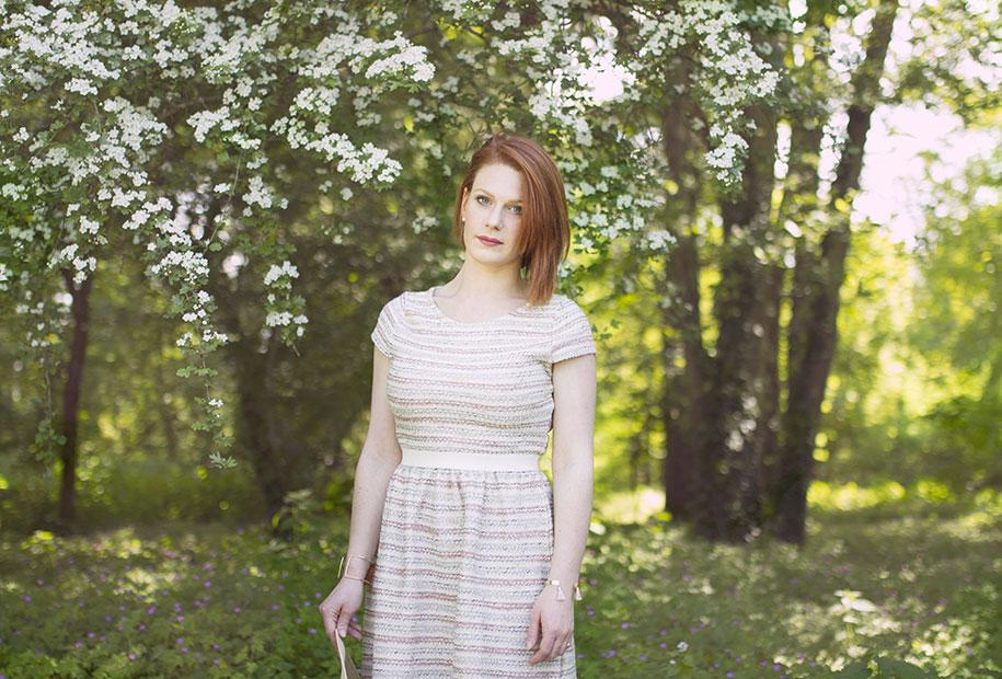 Wedding look devant un bel arbre blanc