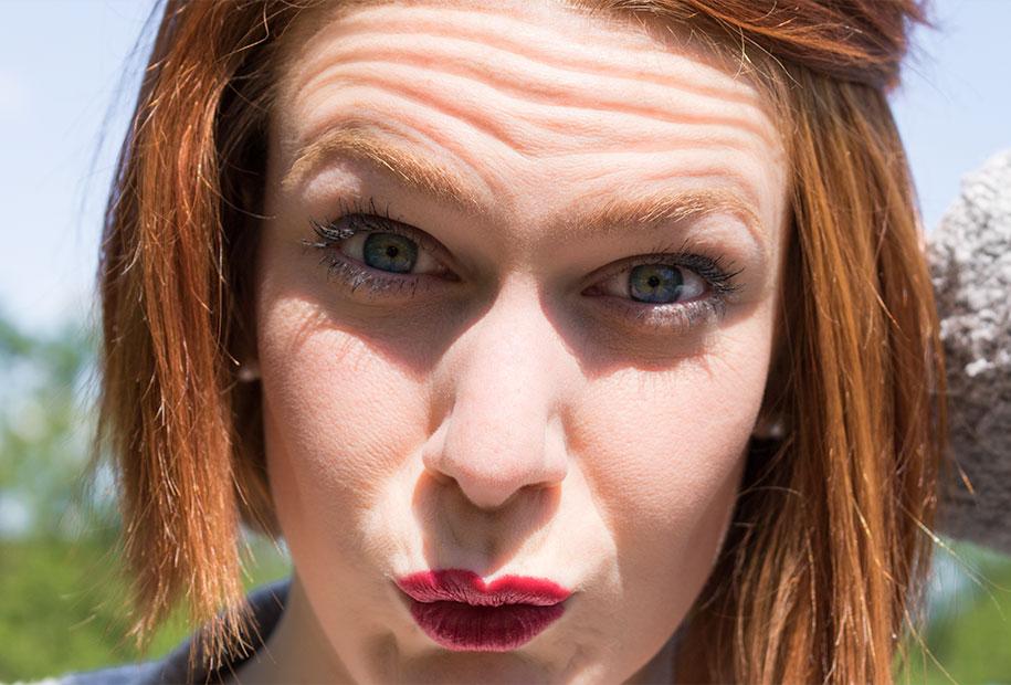 Zoom sur le make-up réalisé avec le mascara et le rouge à lèvres Younique