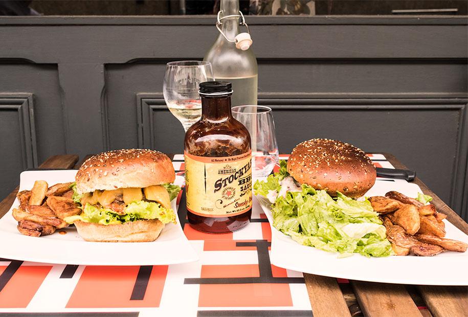 Zoom sur notre repas au Frenchy's Burger sur une table en terrasse