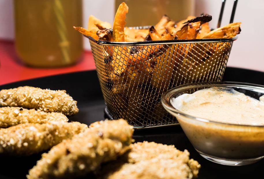Zoom sur les nuggets et frites sortis du four