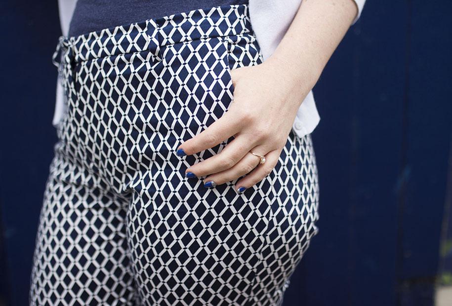 Zoom sur le pantalon bleu et blanc H&M