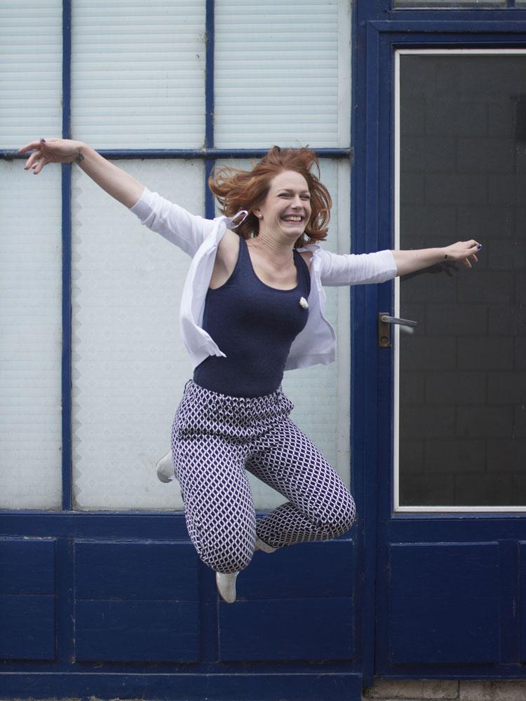 """Photo du saut final pendant le shooting """"nuances de bleu"""" par Elisabeth Froment"""