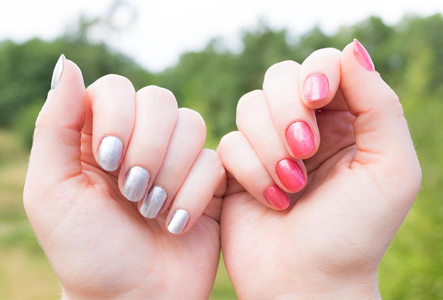 Zoom sur le résultat des deux vernis spray, le rose sur la main droite et l'argenté sur la main gauche
