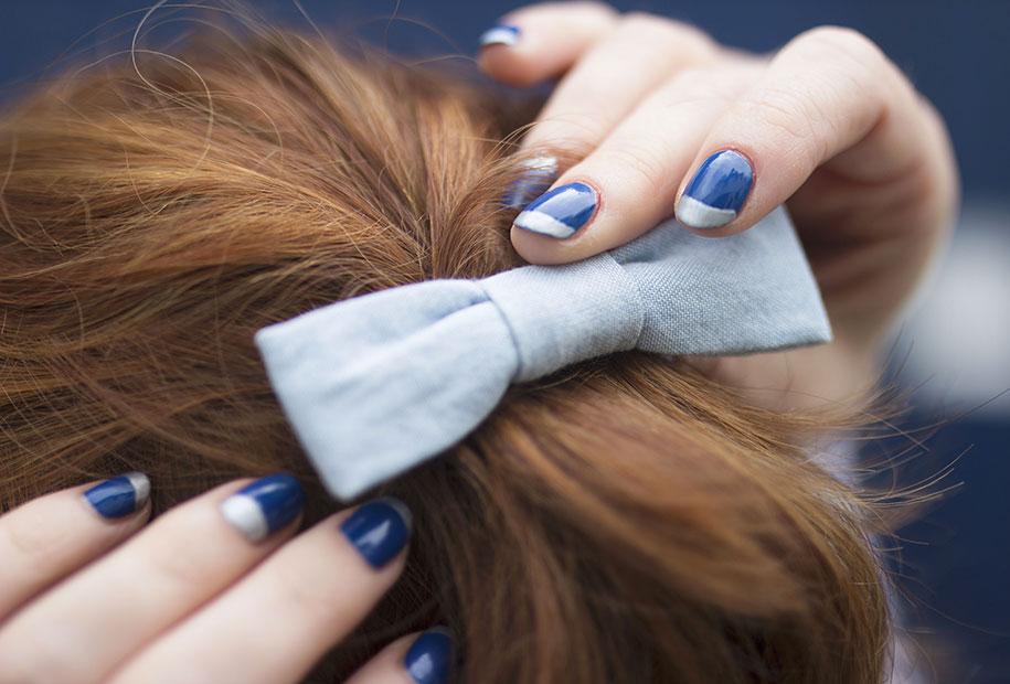 Zoom sur le noeud bleu Des Petits Hauts et sur le vernis bleu et argenté Kiko