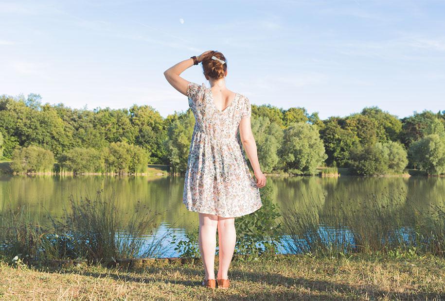 De dos je profite du soleil et du joli lac de Chambray les Tours