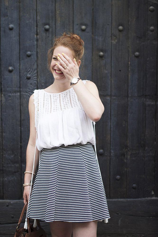 Look jupe patineuse bleu et blanche, blouse blanche et vernis jaune pour la rentrée
