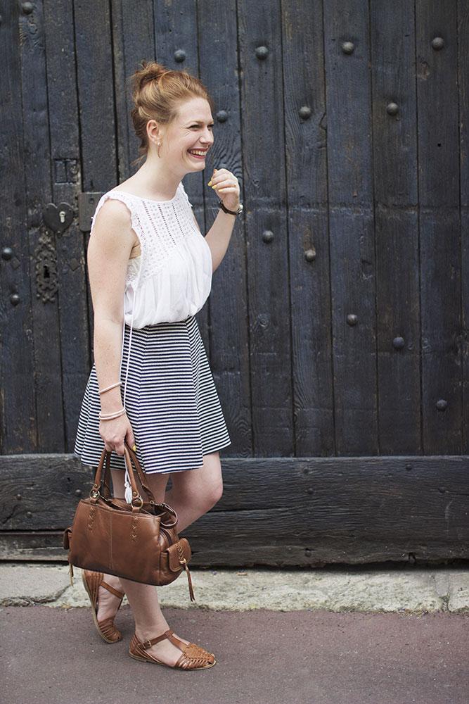 Look jupe patineuse, blouse, sandales et sac marron imitation cuir et vernis jaune pour la rentrée