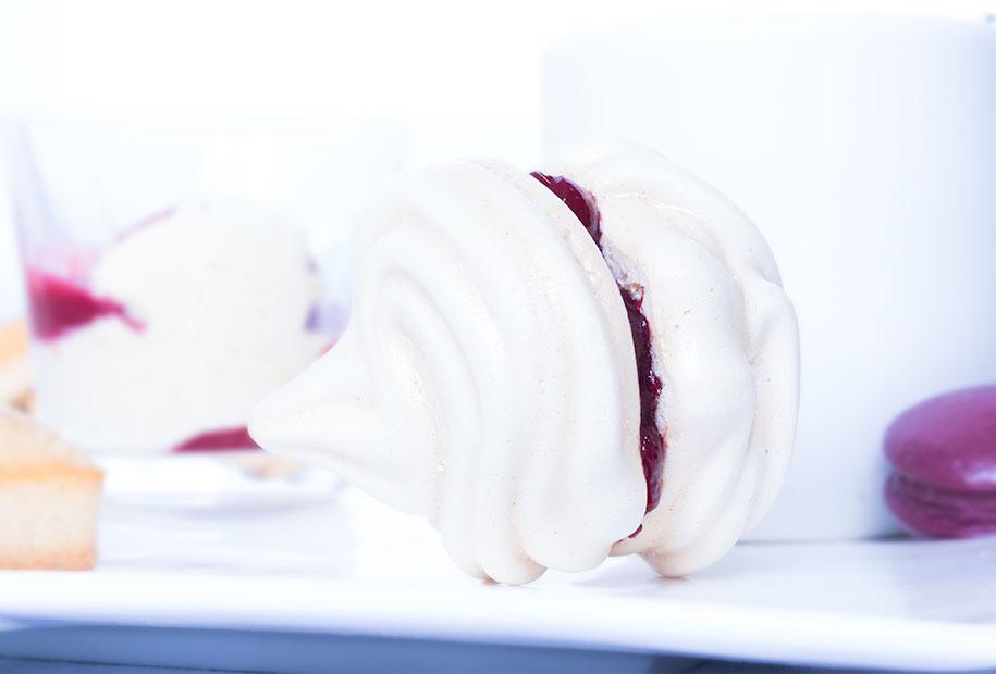 Zoom sur le macaron de meringue fruits rouges et sa gelée de framboise