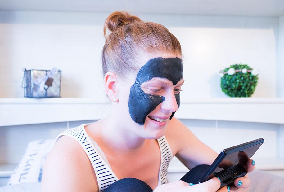 Zoom sur le masque L'Oréal au charbon porté