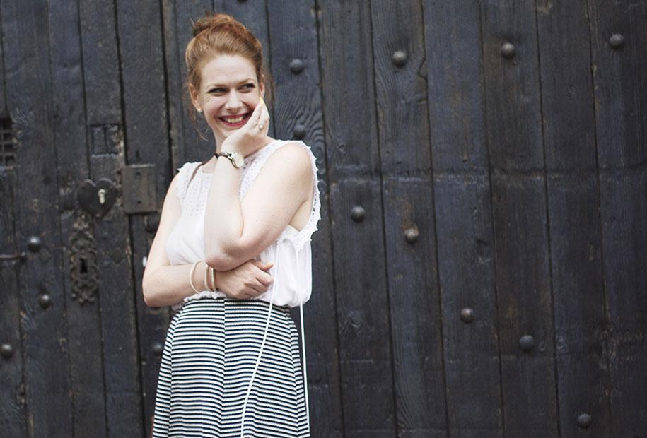 Photo du premier look de la rentrée en jupe patineuse et blouse blanche