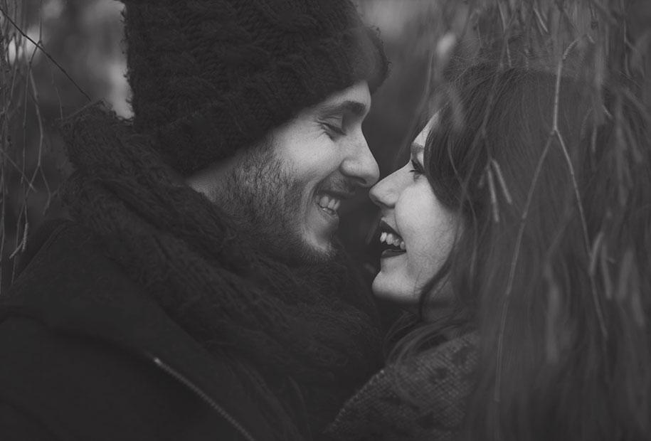 Photo de Tristan et moi en noir et blanc sous un arbre, les yeux dans les yeux avec le sourire
