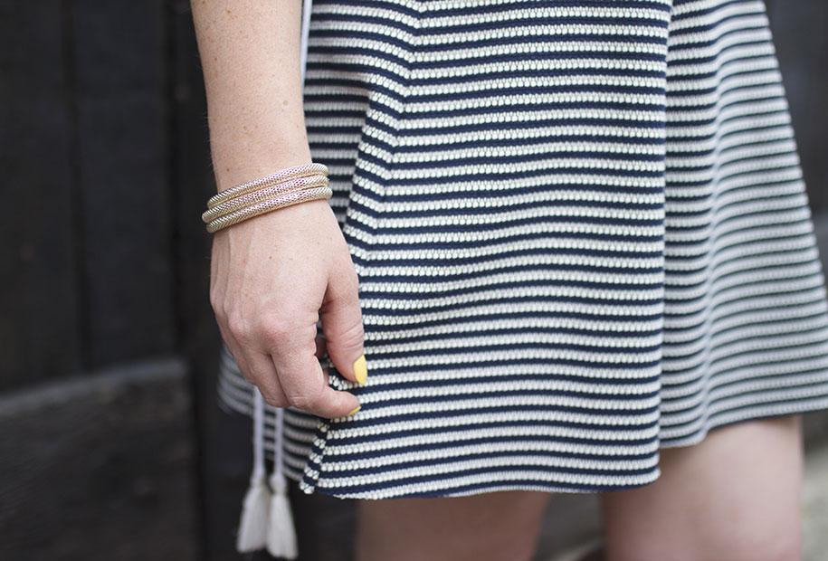 Zoom sur la jupe patineuse bleu et blanche à rayures Bershka