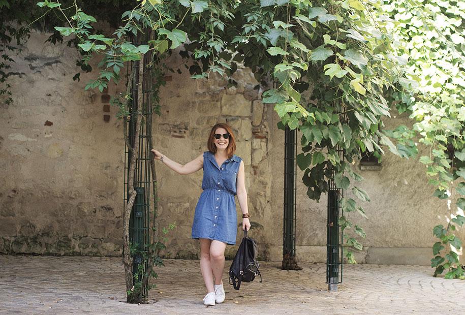 Photo du deuxième look de la rentrée en robe en jean, basket et sac à dos.