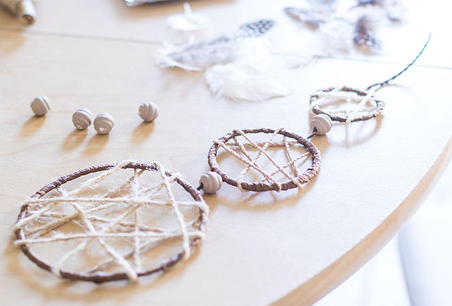 Résultat de l'attrape rêves une fois les trois cercles accrochés par la ficelle et les perles marron