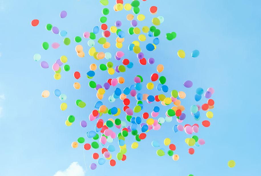 Une centaine de ballons colorés dans le ciel pour mes 25 ans