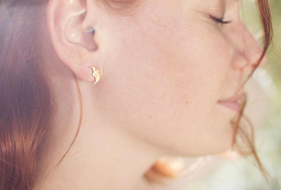 Zoom sur les boucles d'oreilles en formes de lunes de MadamLili