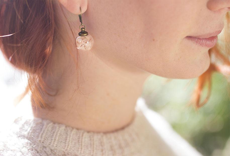 Zoom sur les boucles d'oreilles en vrai pissenlit de MadamLili