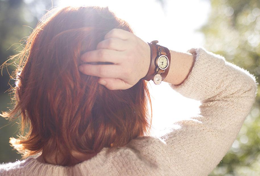 Zoom sur la montre en lanières de cuir marron MadamLili au coucher du soleil