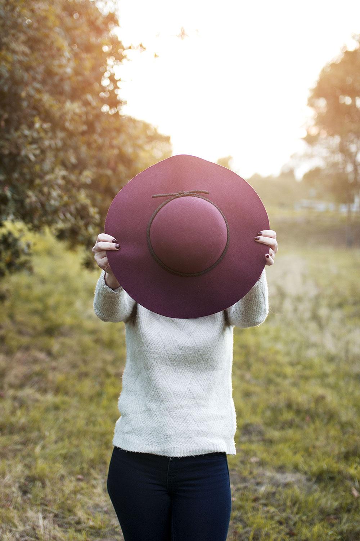 Zoom sur le chapeau bordeaux dans un look 100 % Kiabi pour un bel automne