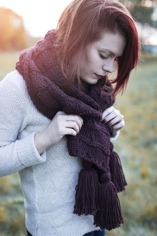Zoom sur l'écharpe à pompons bordeaux dans un look 100 % Kiabi pour ce bel automne