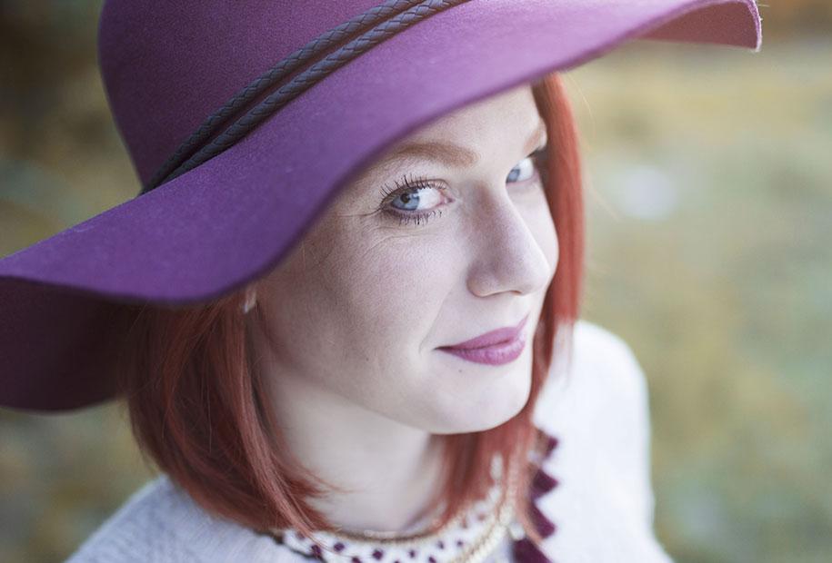 Zoom sur le chapeau bordeaux et le rouge à lèvre Kiko dans un look 100 % Kiabi