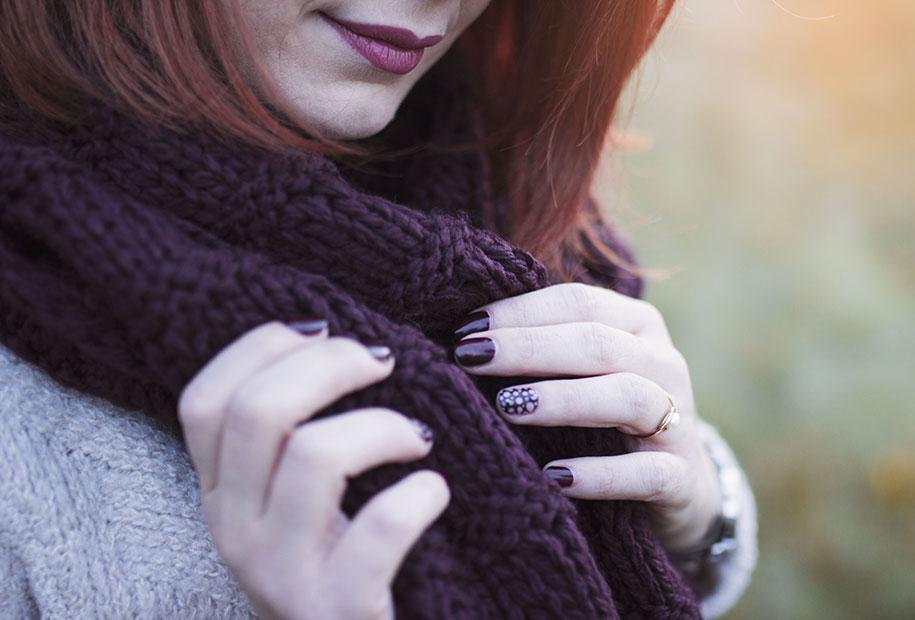 Zoom sur le nail art bordeaux de chez Dior, dans un look 100% Kiabi