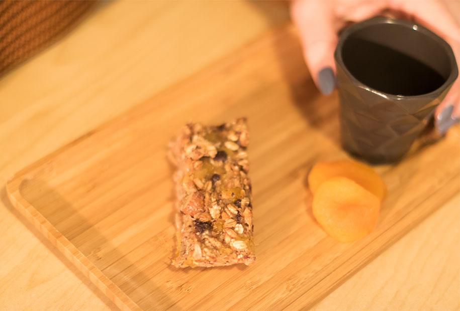 Présentation de la barre de céréales avec un café