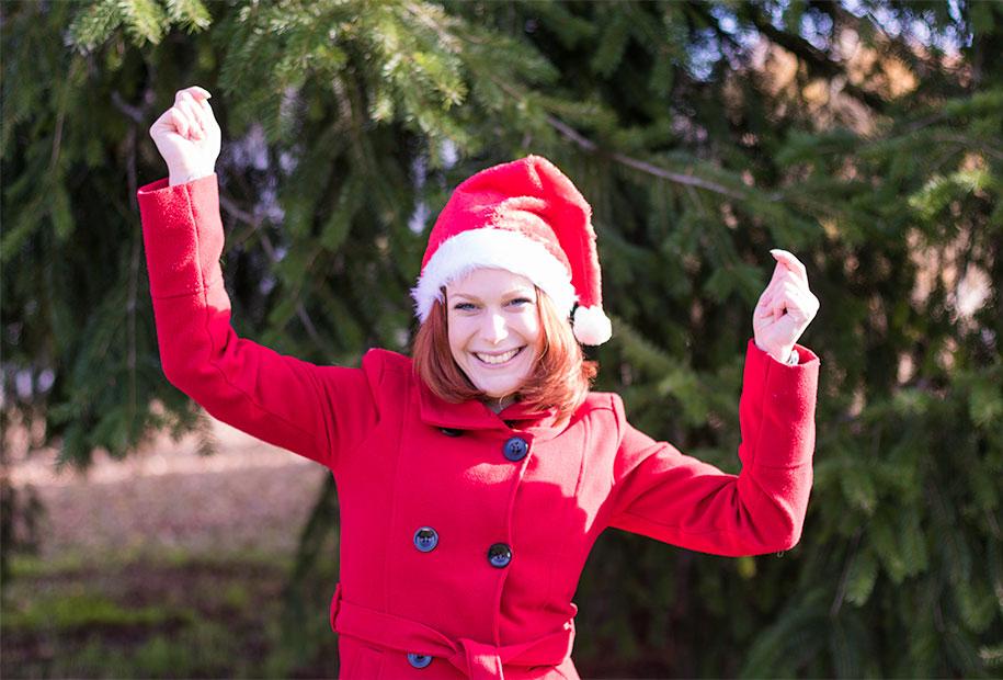 En tenue de mère Noël, manteau rouge et bonne rouge