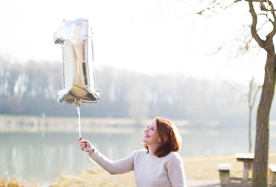 Mon ballon en forme de 1 qui s'envole sur les bords du lac pour les 1 an du blog