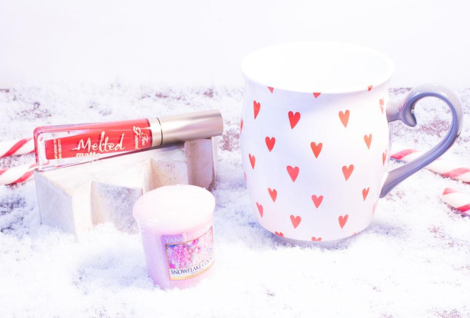 Tasse Hema à coeur rouge, rouge à lèvres Melted de Too Faced rouge et bougie rose Yankee Candle à la bonne odeur de cookie