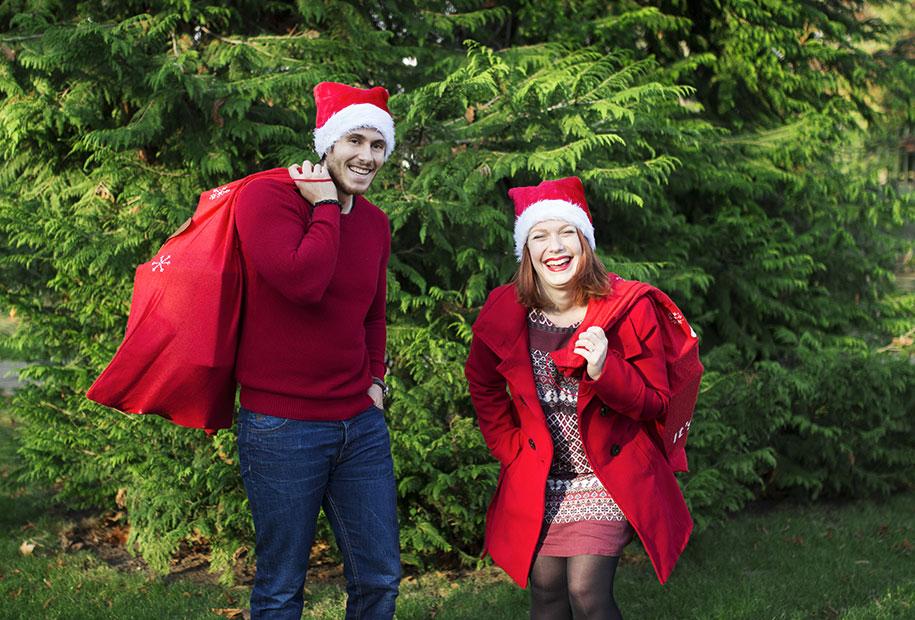 Fou rire en bonnet rouge, vêtement rouge et hotte rouge pour les idées de cadeaux de Noël