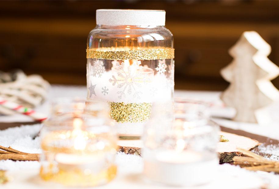 Des jarres en bougeoirs argentées et dorées pour illuminer vos invités le soir du réveillon