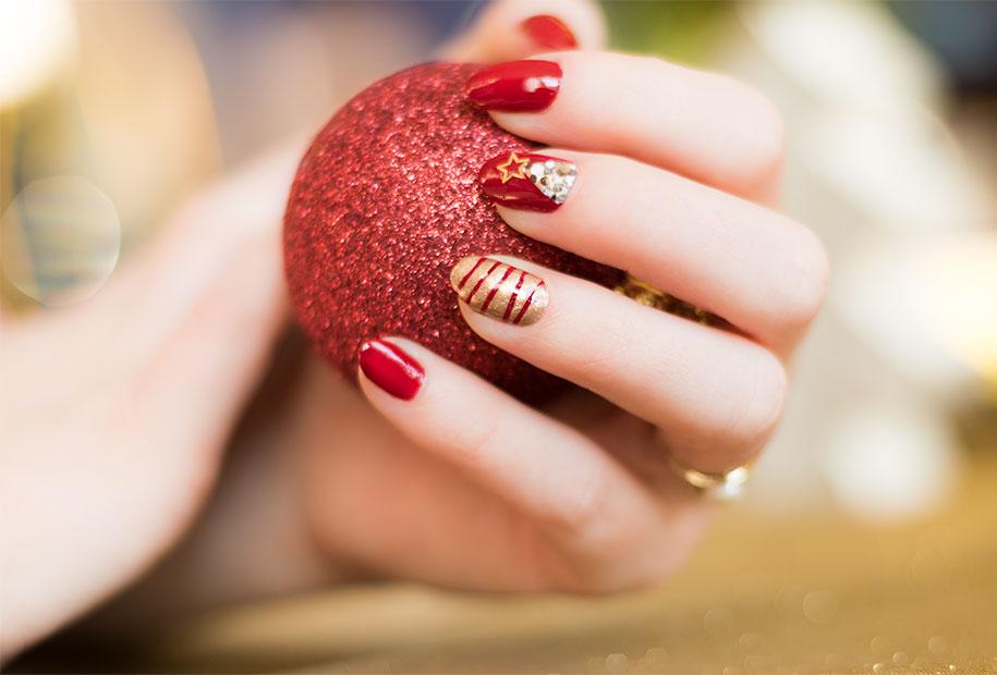 Zoom nailart de Noël, sapin et guirlandes à paillettes