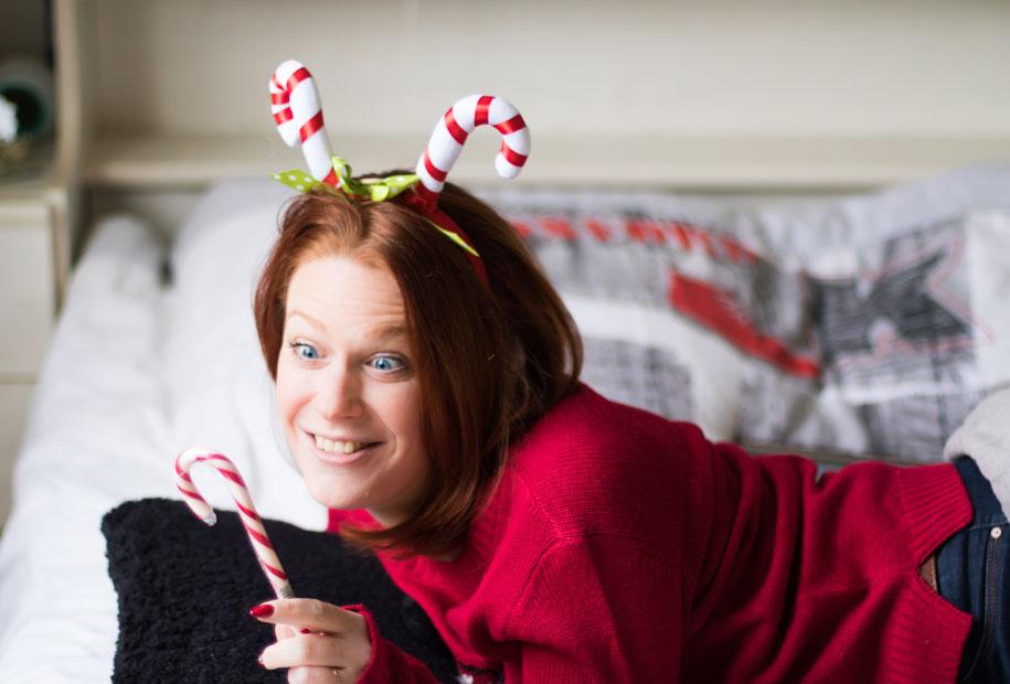 Les gros yeux devant le sucre d'orge, avec un serre tête sucre d'orge et un pull de Noël rouge pour le TAG de Noël